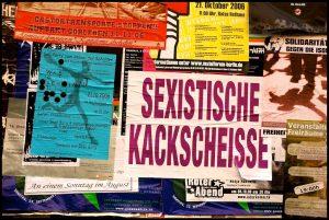 Sexistische Kackscheisse: Aufkleber in der Rigaer Strasse (Bild: Martijn van Exel, CC BY-SA)