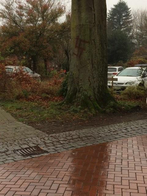 Hakenkreuze an einem Baum in Ottersberg